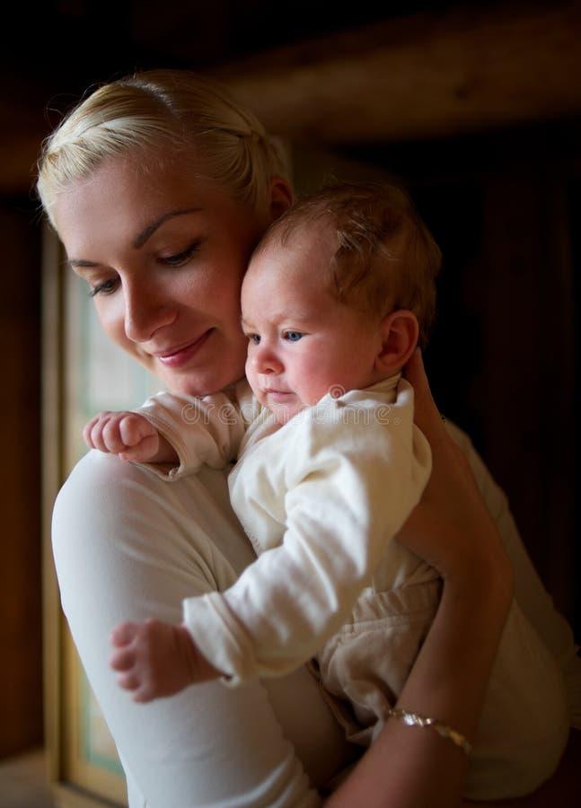 婴孩她的母亲年轻人 库存图片