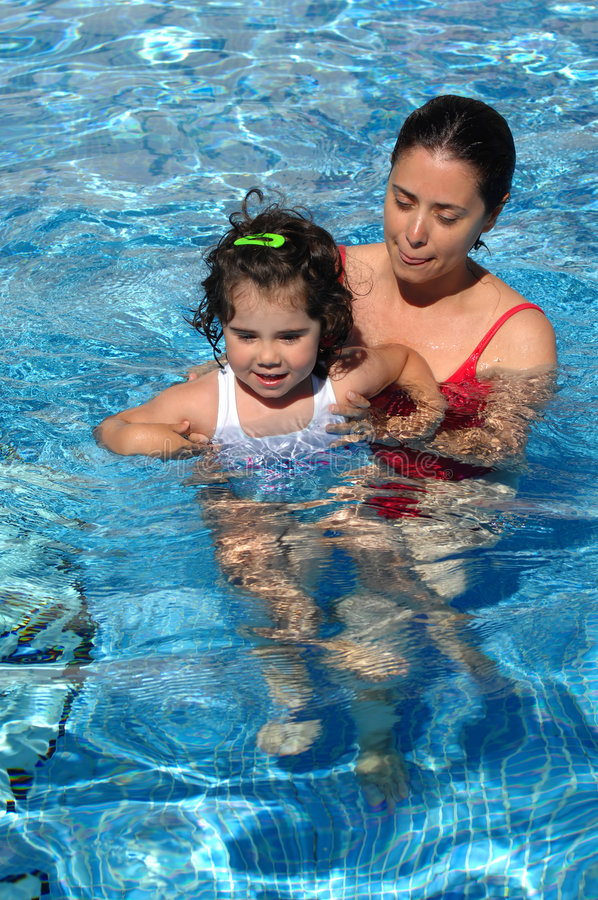 婴孩她的母亲池游泳 图库摄影