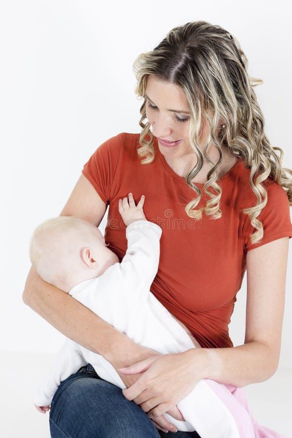 婴孩她的母亲看护 库存照片