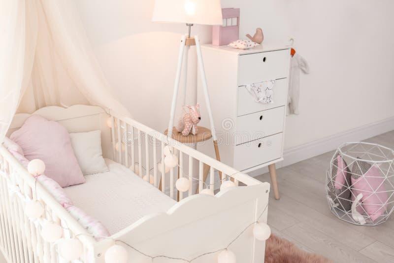 婴孩室内部有小儿床的 库存照片