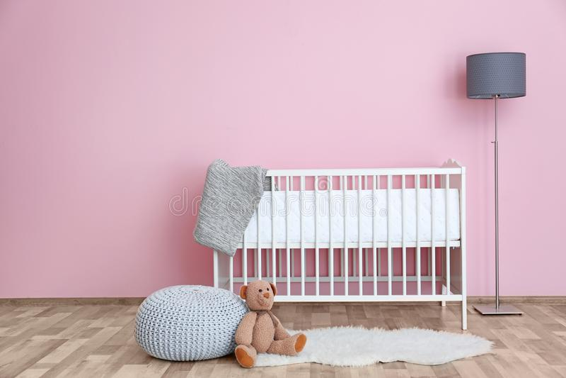 婴孩室美好的内部有小儿床的 库存图片
