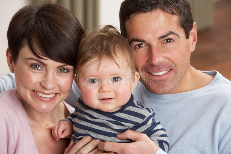 婴孩家庭父项纵向骄傲的儿子 免版税图库摄影