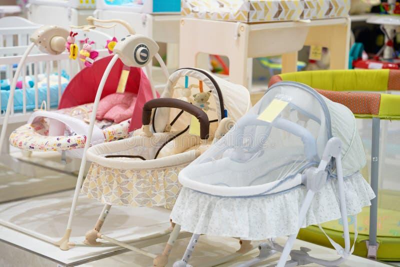 婴孩小儿床或轻便小床有盖子的在商店出售的 免版税库存图片