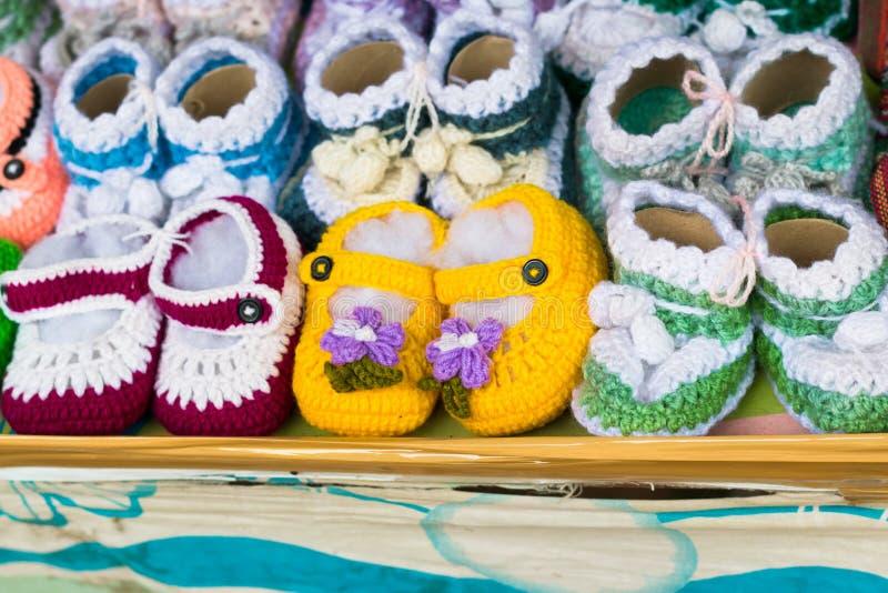 婴孩小的鞋子 男孩或女孩的手工编织的第一双运动鞋 C 免版税图库摄影