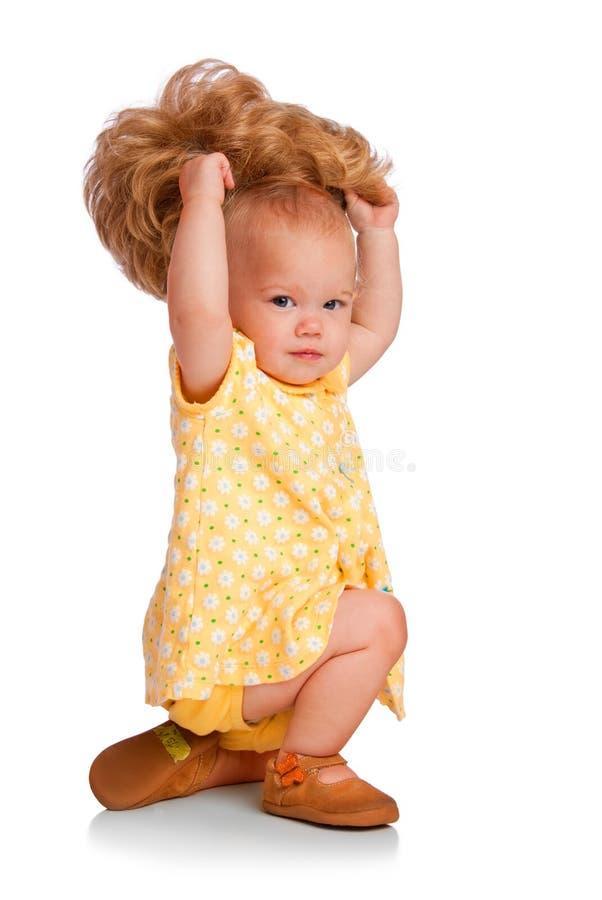 婴孩尝试假发 免版税库存照片