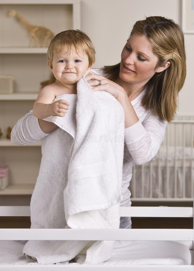 婴孩干燥母亲 免版税库存图片