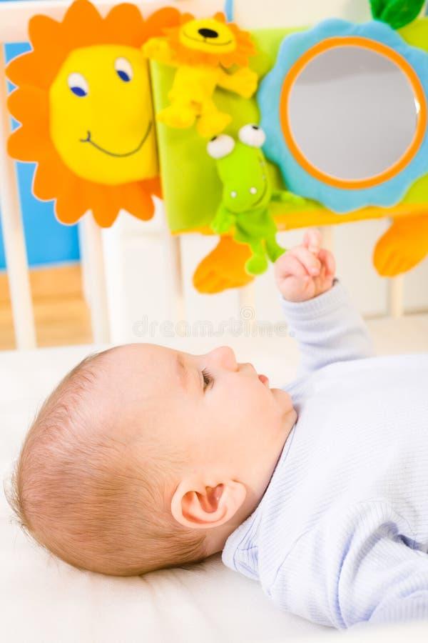 婴孩床使用 库存照片