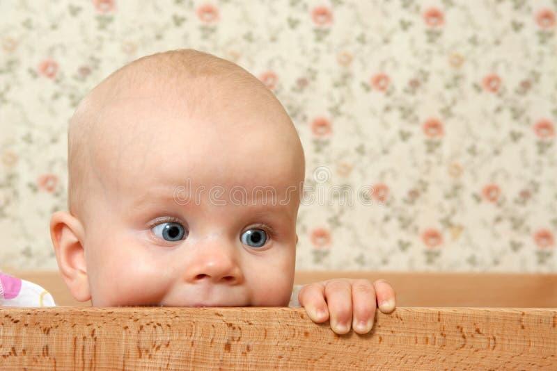 婴孩床女孩她的ih 免版税库存图片