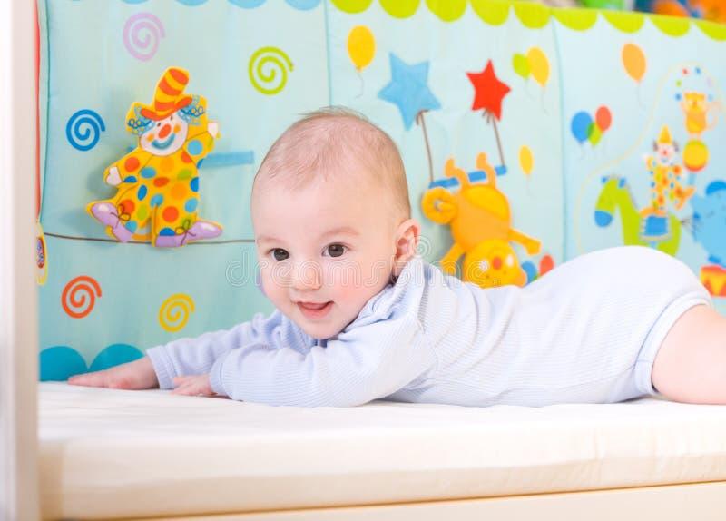 婴孩床微笑 免版税图库摄影