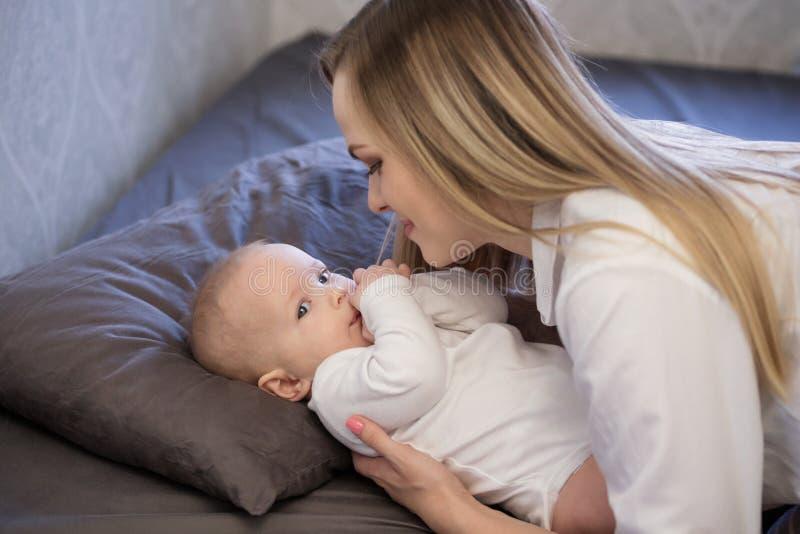婴孩床母亲 库存图片
