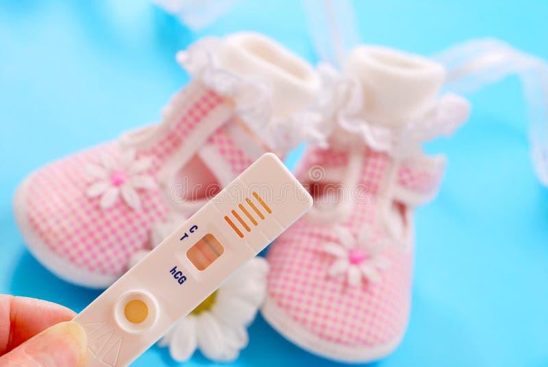 婴孩怀孕穿上鞋子测试 图库摄影