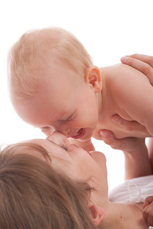 婴孩愉快的快乐的母亲纵向 免版税库存照片