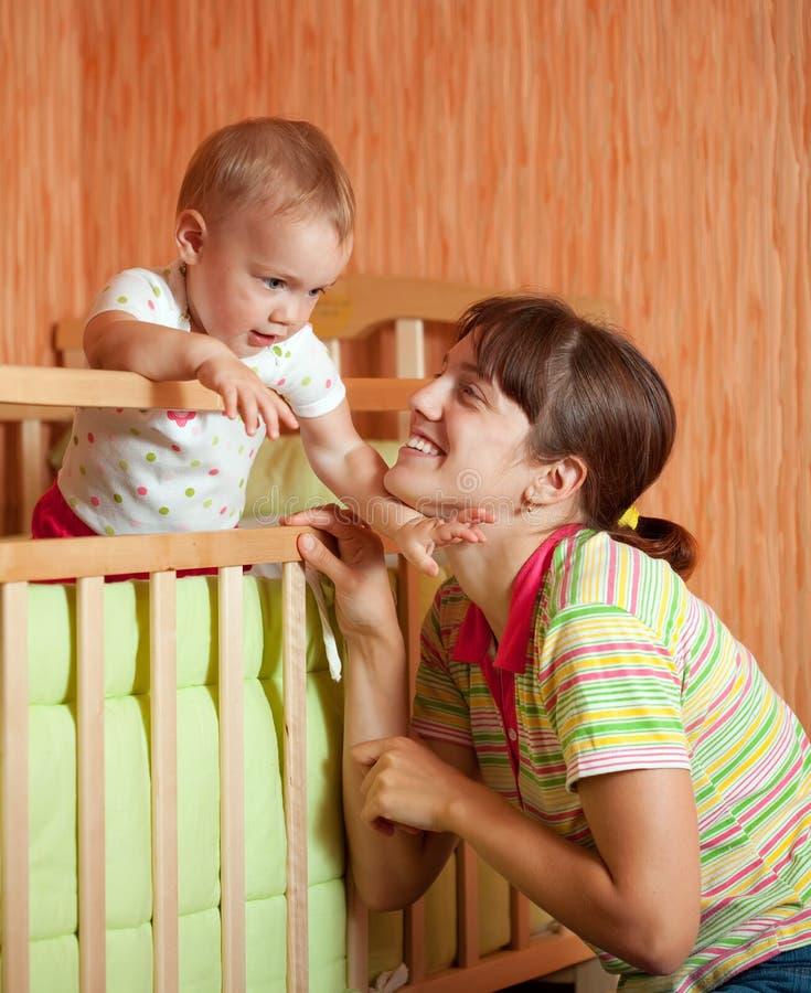 婴孩愉快的母亲作用 图库摄影