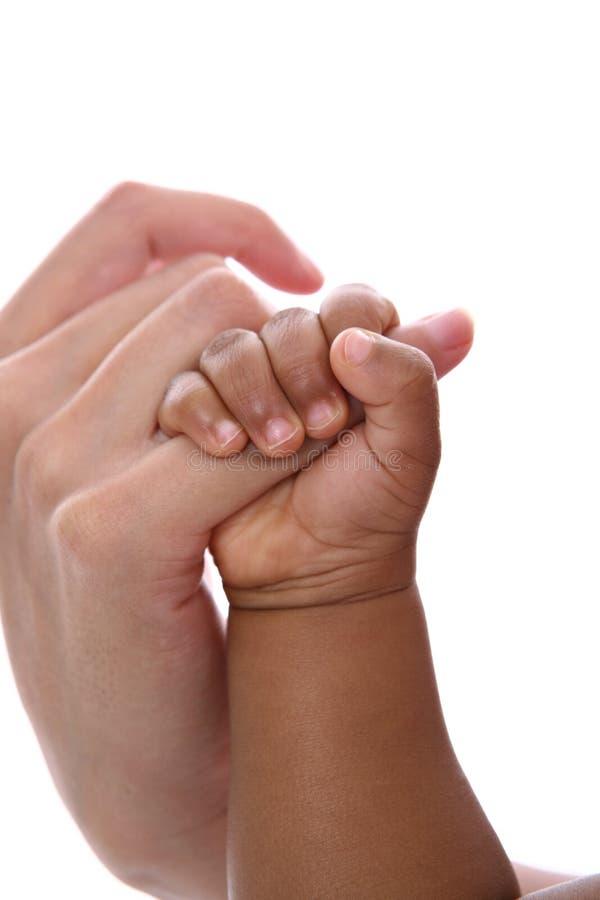 婴孩手指藏品查出的母亲s 免版税库存照片