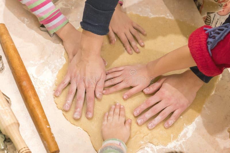 婴孩手铺开面团烹调饼干 配合和友谊的概念 免版税库存图片