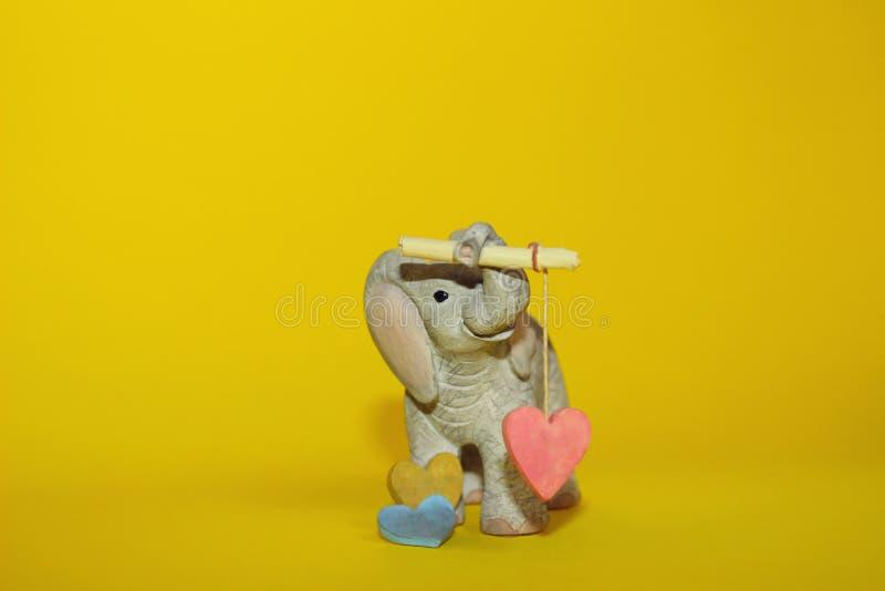 婴孩拿着心脏的大象玩具 库存照片