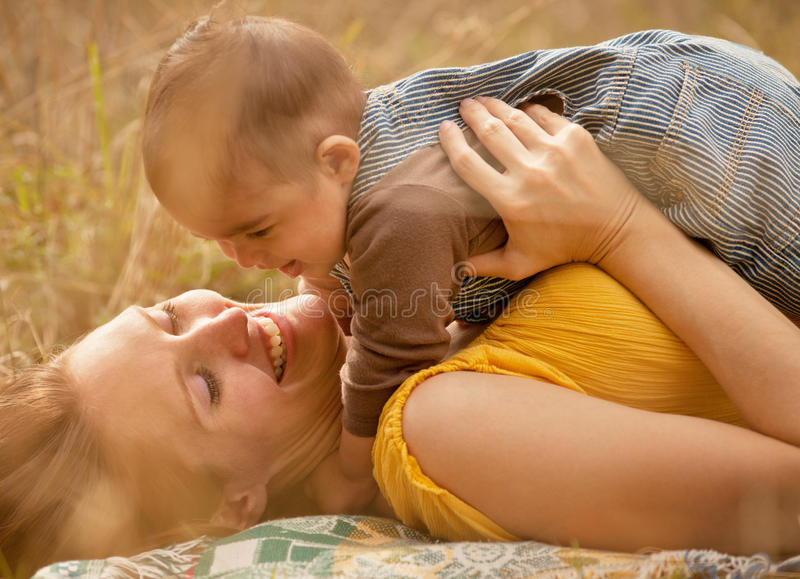 婴孩接合母亲儿子 免版税库存照片