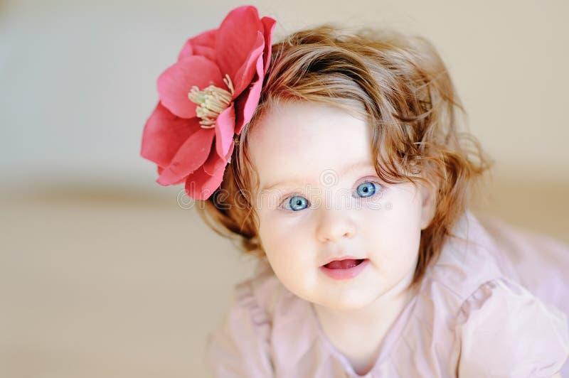 婴孩接近的女孩 库存照片
