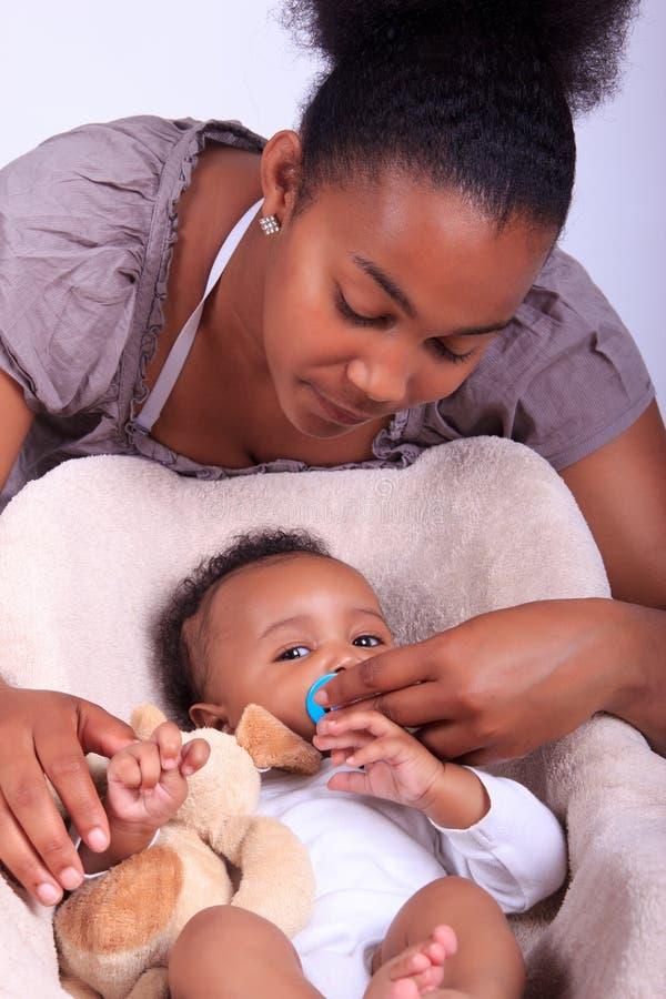 婴孩新出生与母亲 库存图片