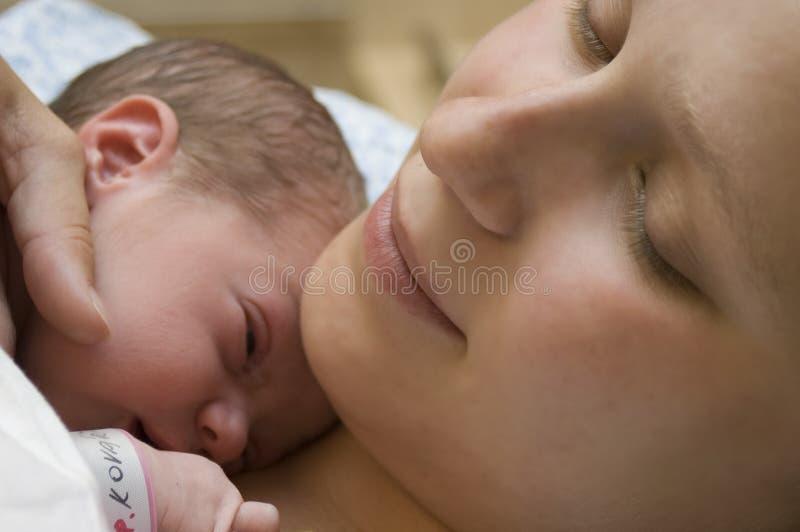 婴孩新出生她的母亲 免版税库存图片