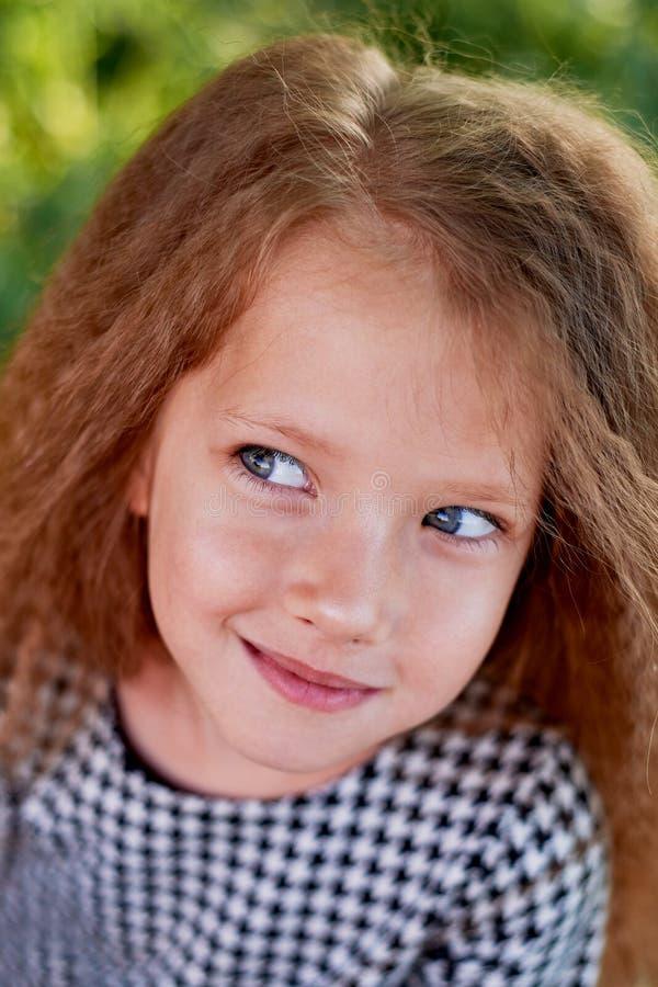 婴孩是4岁,与蓝眼睛和小卷毛 儿童生活和冒险的` s享受 温暖的金黄日落 免版税库存照片