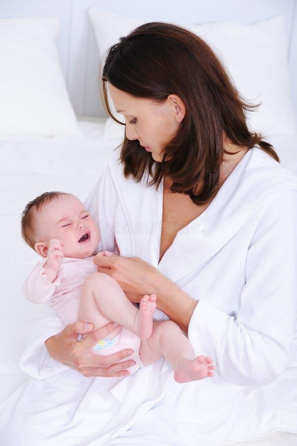 婴孩有同情心的妇女 图库摄影