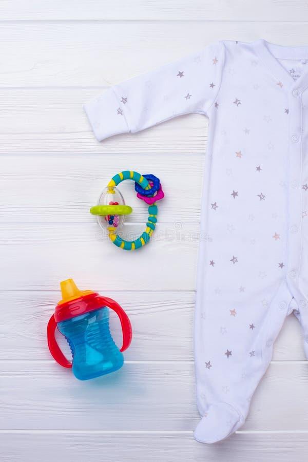婴孩有脚的睡衣裤睡衣和玩具 库存图片