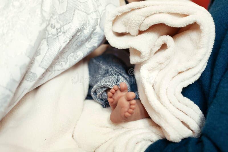 婴孩洗礼 一个小男孩的逗人喜爱的脚洗礼仪式仪式的 免版税图库摄影