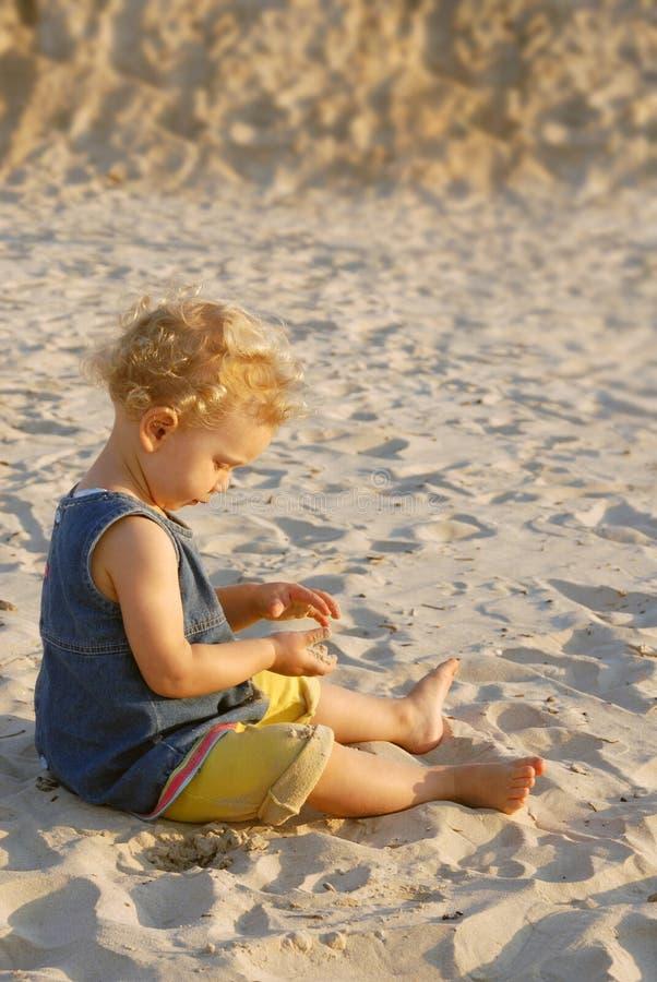 婴孩海滩女孩使用 免版税库存图片
