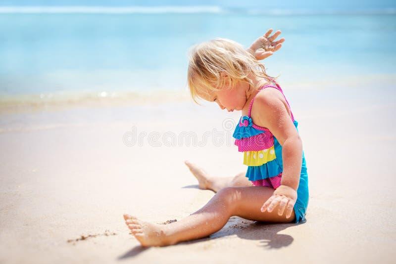 婴孩海滩女孩使用 库存照片