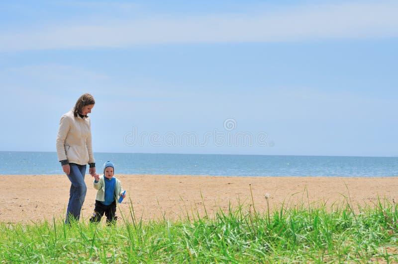婴孩海滩系列母亲海运走 免版税库存照片