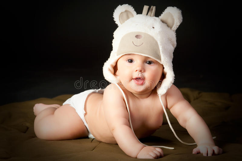 婴孩熊盖帽微笑 免版税库存图片