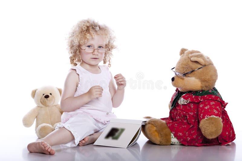 婴孩熊逗人喜爱的女孩她的女用连杉&# 免版税库存图片