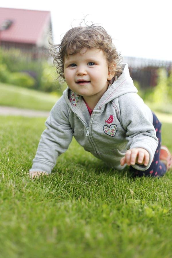 婴孩爬行的女孩 免版税库存照片
