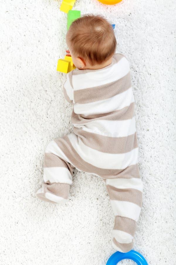婴孩爬行的楼层 库存图片