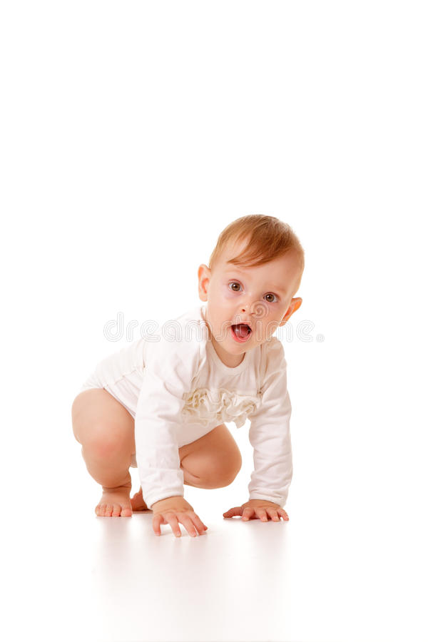 婴孩爬行的逗人喜爱的女孩 免版税图库摄影