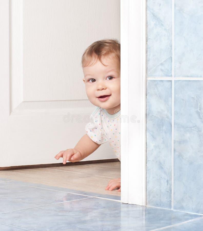 婴孩爬行的逗人喜爱的门 免版税图库摄影