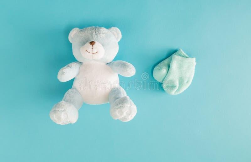 婴孩玩具熊和袜子 免版税库存图片