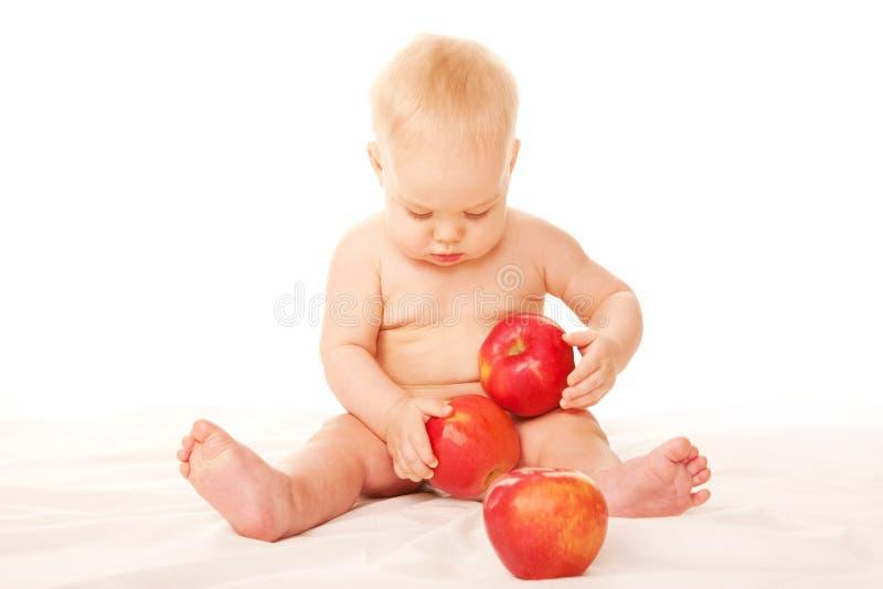 婴孩用大红色苹果 免版税库存图片