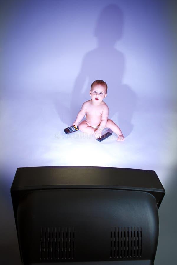 婴孩电视注意 图库摄影