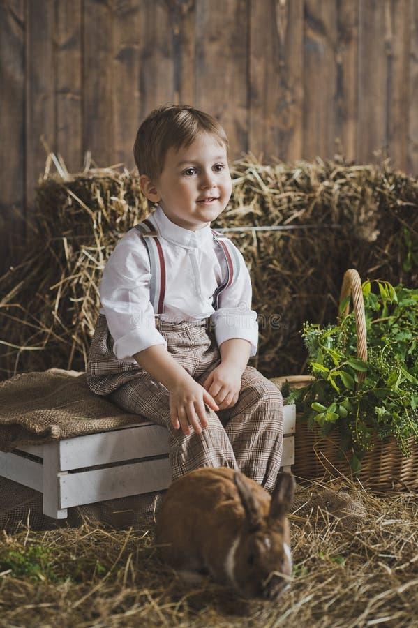 婴孩画象有兔宝宝的干草和白色箱子6044 库存图片