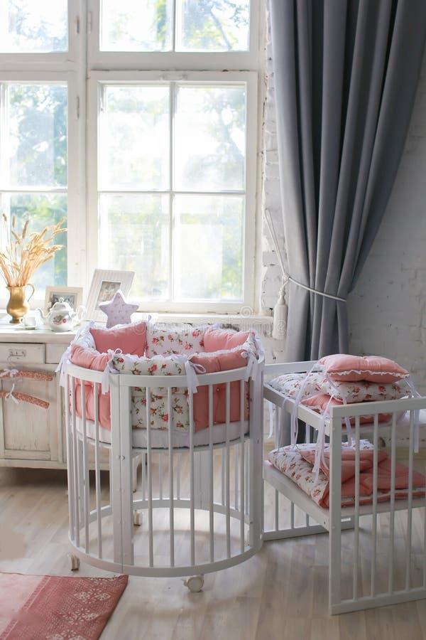 婴孩的,婴孩圆的小儿床室 免版税库存照片