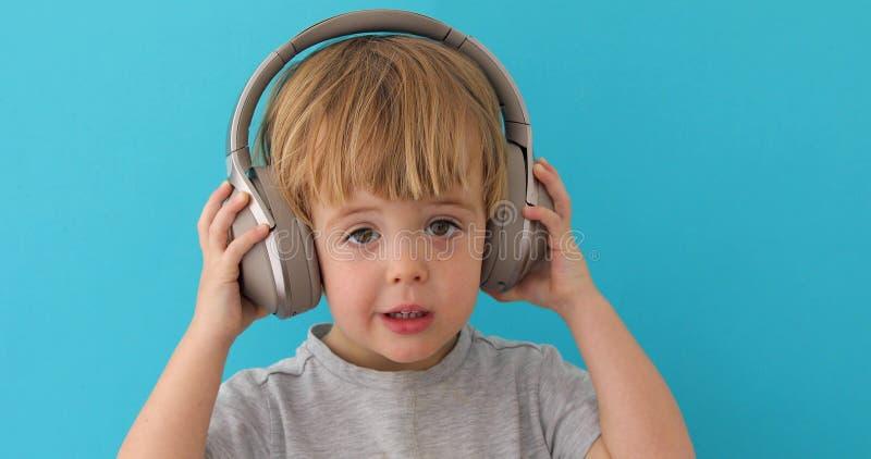 婴孩离开他的耳机 图库摄影