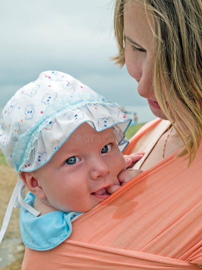 婴孩系列愉快的母亲吊索 免版税库存图片