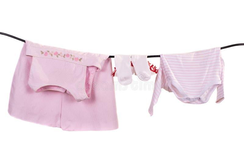 婴孩给在白色背景隔绝的绳索的干燥穿衣 库存照片