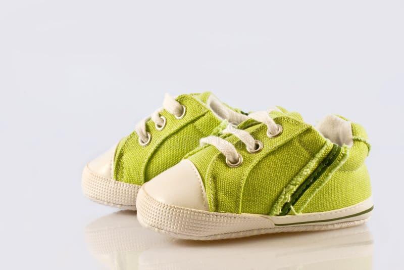 婴孩绿色鞋子 库存图片