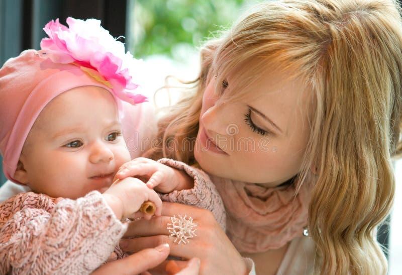 婴孩美丽的女儿母亲年轻人 免版税库存图片