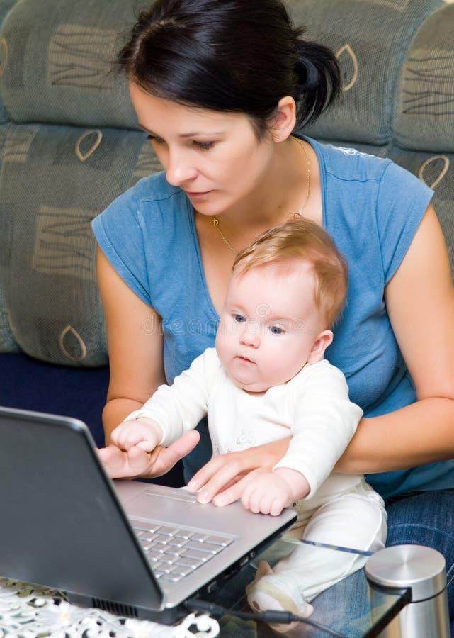 婴孩膝上型计算机母亲 免版税图库摄影