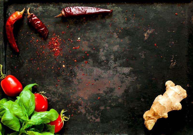 婴孩菠菜和香料与ingredientson在老生锈的金属黑暗的葡萄酒背景,顶视图 健康亚洲的食物 图库摄影