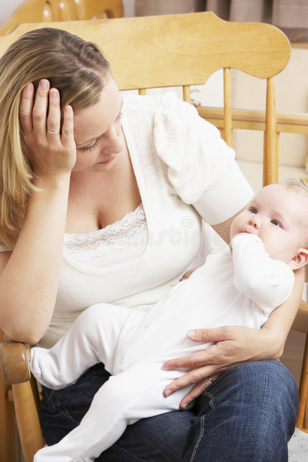 婴孩藏品担心的母亲苗圃 库存照片